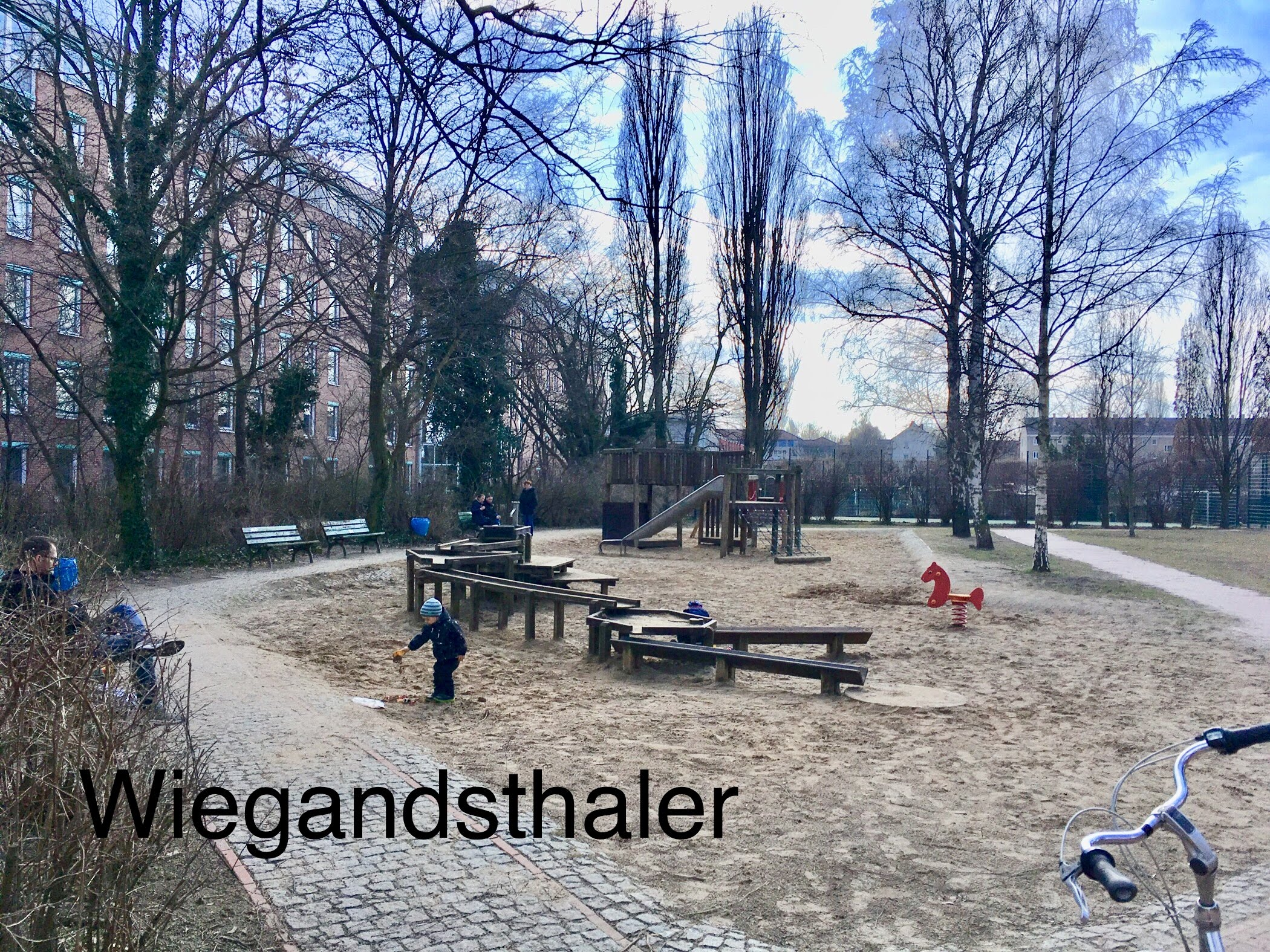 Der letzte öffentliche Kinderspielplatz im Wohngebiet,  Wigandstaler Straße,  bereits teildemontiert,  Foto: 02.04.2018,  Scholz