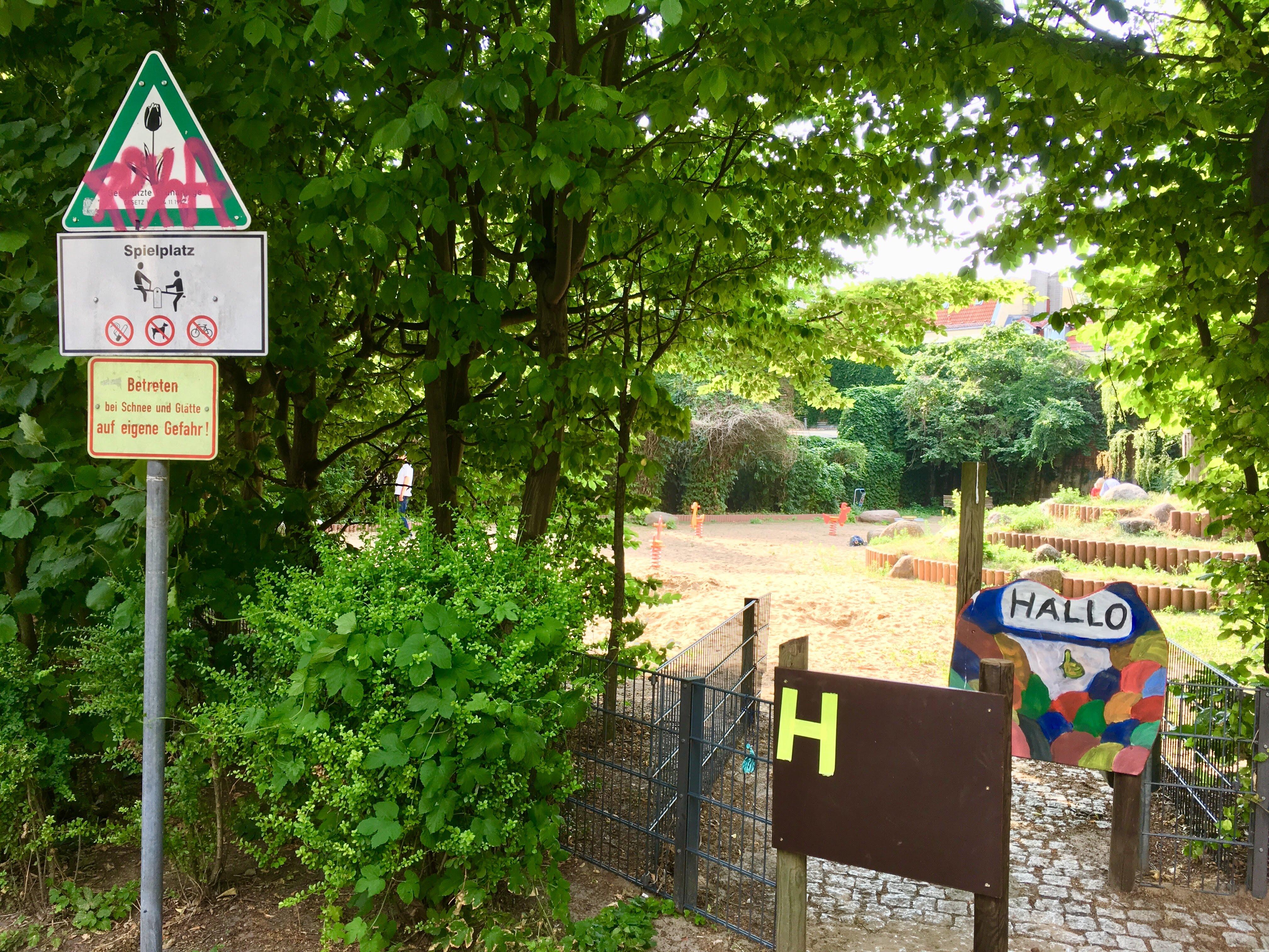 Sandfläche wieder zugänglich,  Blick von Meyerbeerstraße,  Foto: Scholz (20.06.2018)