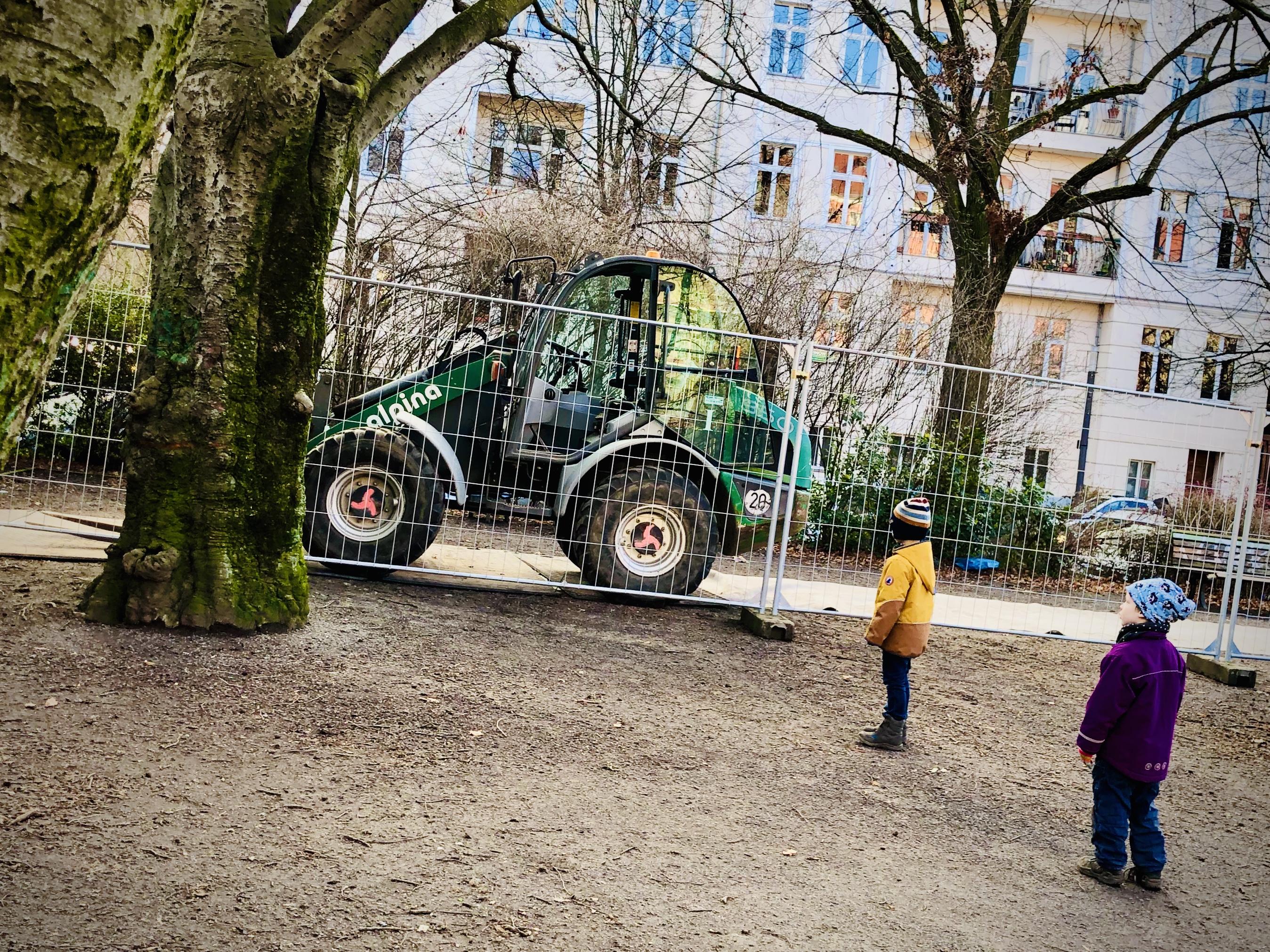 Kinder bestaunen den Alpina-Bagger