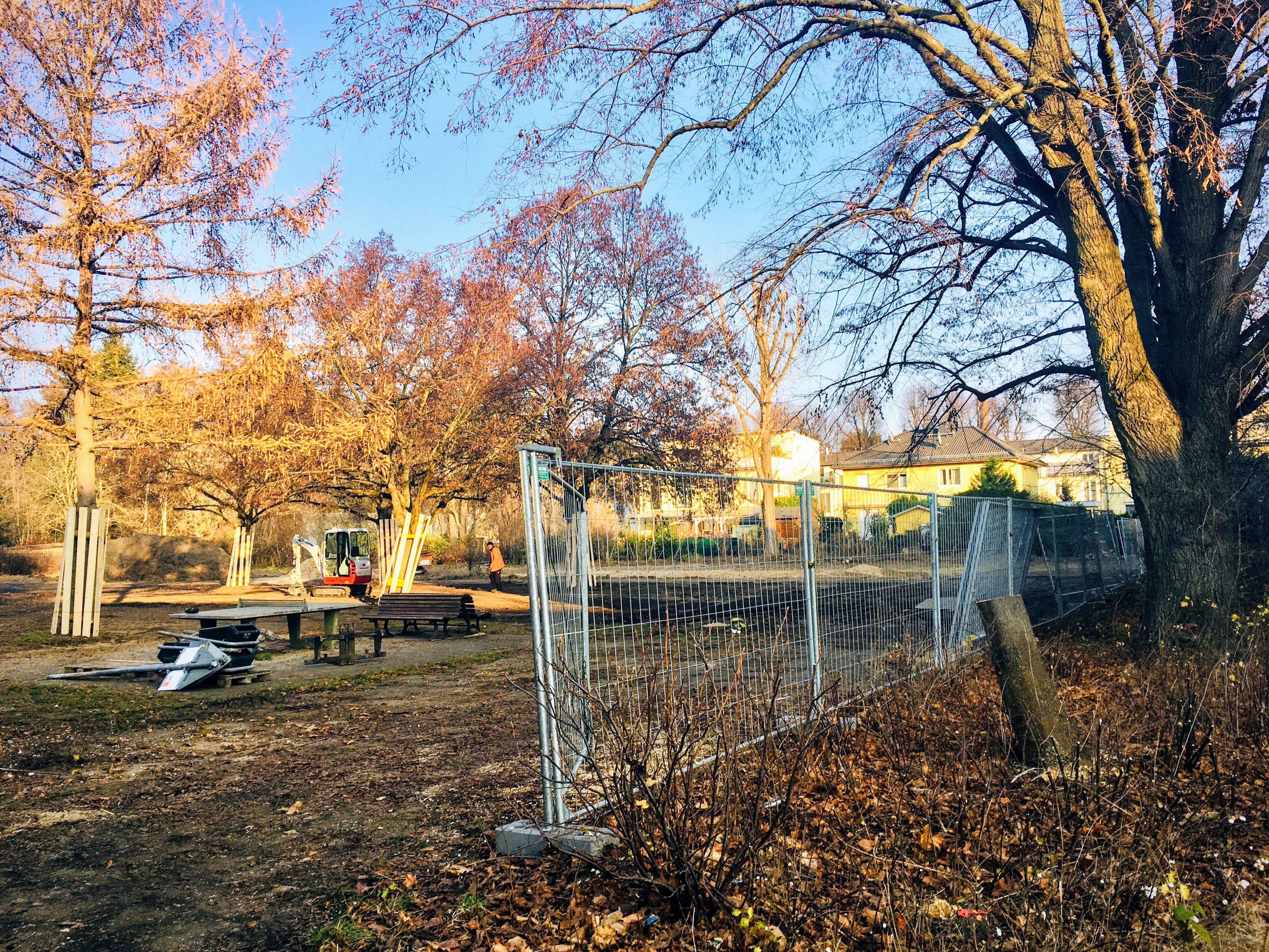 Öffentlicher Kinderspielplatz (Beginn der Sanierung) Falkenberger Straße 151,  8. Dezember 2020