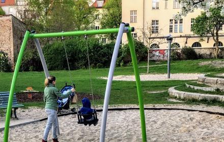 """Babyschaukel am Spielplatz """"Grüner Hering"""""""